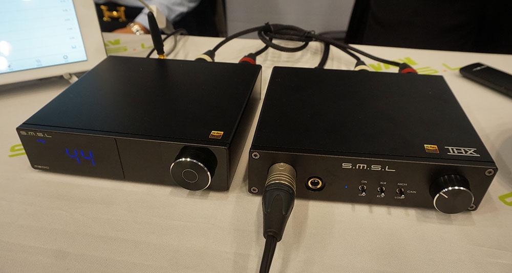 画像: ▲S.M.S.Lのアナログヘッドホンアンプ「SP200」(写真右)は、THXが提供するTHX AAA-888アンプ回路を搭載した製品となる。バランスとアンバランスの入力を各1系統備えており、出力は6.35mmヘッドホン端子とXLRバランス出力となる。写真左は同ブランドのUSB DAC「M200」でDACチップにはAK4497を搭載している。SP200は通販サイト等で発売されており、価格は3万円強とのこと