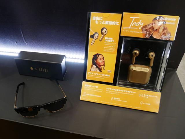 画像: ▲Skullcandyブースでは、発表したばかりの、完全ワイヤレスイヤホン「Indy」の限定色ゴールドに彩色された「Indy Dope Gold」を大々的に展示。なかなか煌びやかな仕上がり。購入特典は、9FIVEとコラボしたゴールド仕様のサングラス