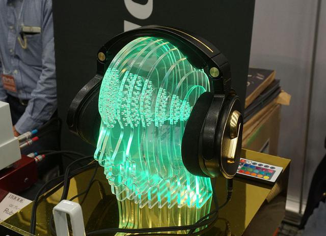画像: ▲トライオードでは、お馴染みの頭外定位型ヘッドホン「CZ-1」「CZ-10」が人気を集めている。特にスピーカーシステムで音を聴いている往年の音楽ファンからの指名が多いそうで、比較試聴のうえで上位モデルのCZ-1を選ぶ人も多いのだとか