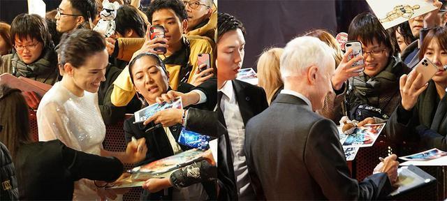 画像: ファンからのサインに応えるデイジー・リドリーとアンソニー・ダニエルズ。その姿勢はまさにプロ