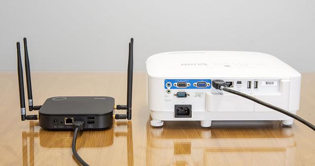 画像: InstaShow WDC20の親機(左)のHDMI出力をプロジェクターEW800STにつないで取材を行なった。HDMI入力を持つ表示機器ならこれだけで映像を再生できるので、活躍の場はひじょうに広い