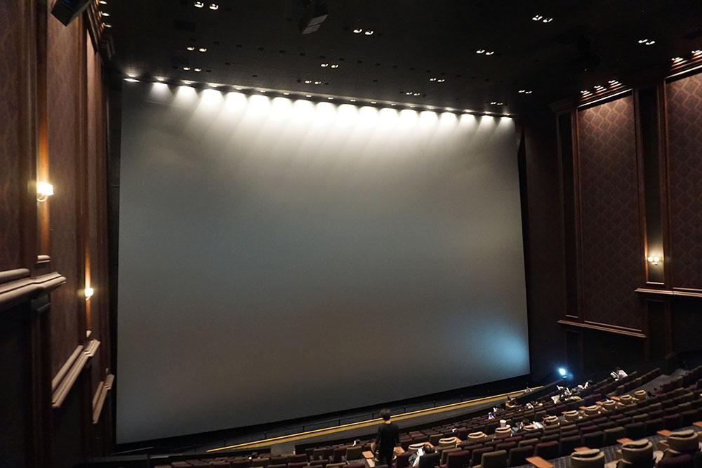 画像: 現在23:40過ぎ。ロビーに集合していたファンも徐々に劇場内に移動している様子
