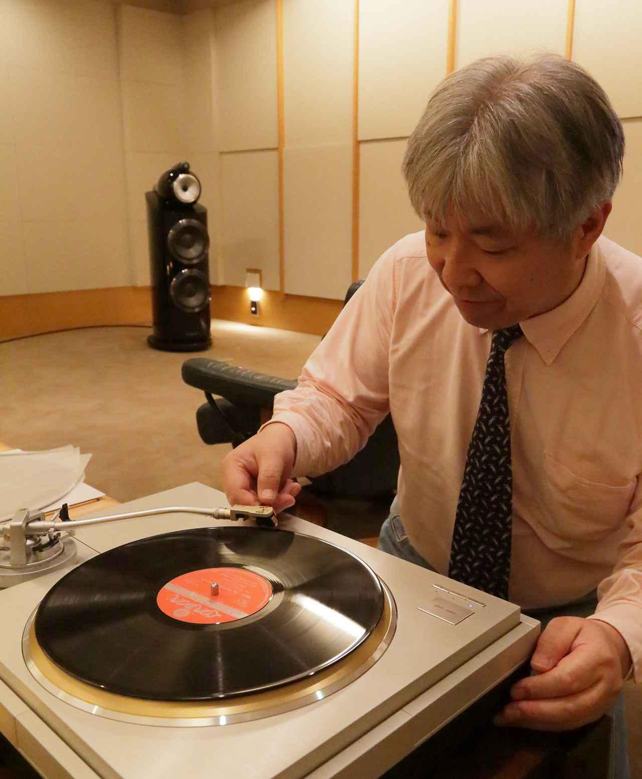 画像: AT-OC9XSLを装着して盤面に針を下ろす三浦氏。