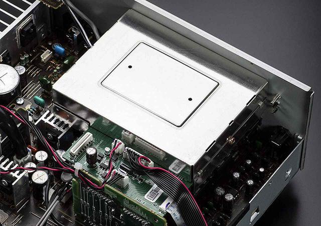 画像: ↑→PMA-600NEのデジタル音声処理回路は、本体後方右手にある。シールドケースに封入されており、ノイズ対策が施される。さらに、デジタル入力を使わない場合にデジタル入力回路の電源を落とす「アナログモード」を搭載。アンプ内でデジタル音声を扱うために、細心の注意が払われている