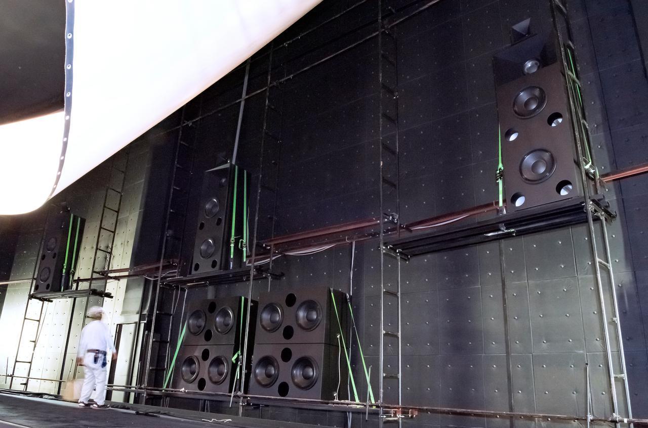 画像: サウンドスクリーン裏に設置されたフロントL/C/Rスピーカーは、中央部に各々インストールされる。いっぽう、サブウーファー計4本は中央下部にまとめて設置。これらのカスタムメイドスピーカーの設計・開発はすべてイースタンサウンドファクトリーが担当している