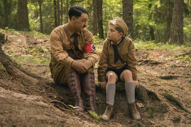 """画像: ジョジョが泣いたり落ち込んだりしていると""""想像上の友達""""アドルフが現れ、力強く(?)彼を励ましてくれる。ちょっと間が抜けた、ぶかぶかの乗馬ズボンがアドルフの目印"""