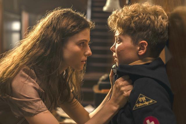 """画像: ジョジョの人生に大きな影響を与えることになるエルサ(左)。演じるトーマシン・マッケンジーは、""""聡明でありながら、ごく普通の10代の女の子""""として彼女に息吹を吹き込んだ"""