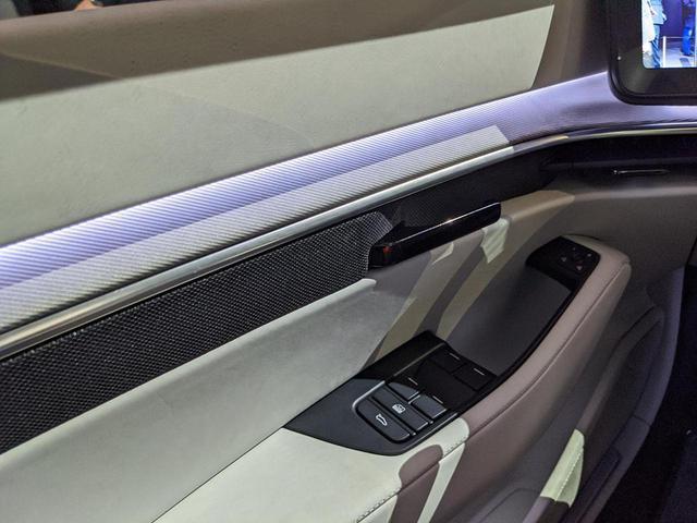 画像: 外からのLED光は車室内に