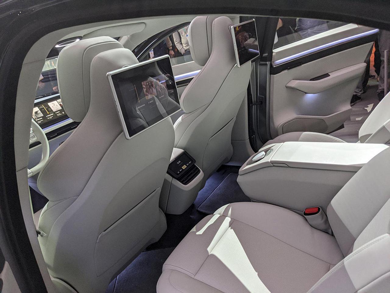 画像: 後部座席用のモニター