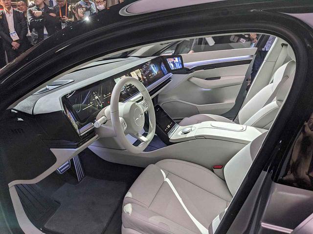 画像: 運転席へ