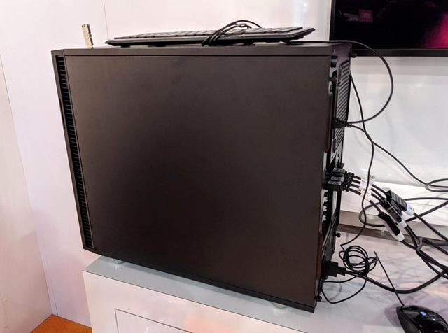 画像: アストロデザインの8K映像が収められたパソコン。ここからHDMI2.0の4本線でアウトプット