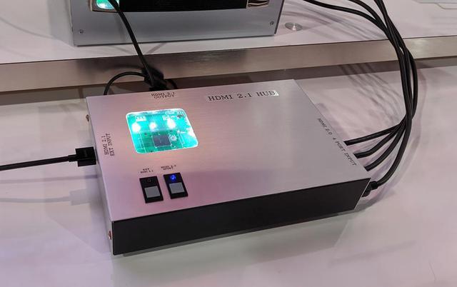 画像: パナソニック側の8Kコンテンツとアストロデザインのそれを切り替える装置。アストロデザイン製