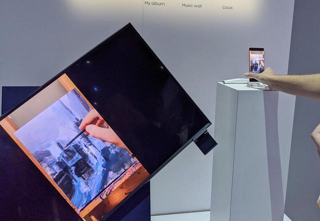 画像: そこでスマートフォンを縦に。テレビが回転を始める