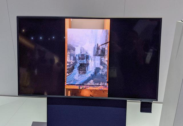 画像: スマホの縦動画を横長スクリーンに映すと、真ん中だけの小さな映像になる