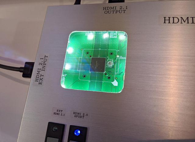 画像: 中にみえるはパナソニック製のHDMI2.1・LSI