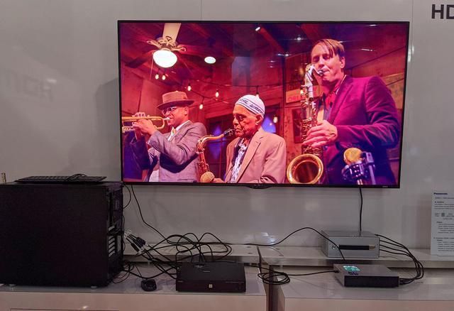 画像: 日本連合の8K映像表示。パナソニックのニューオリンズ映像だ。ディスプレイはシャープ