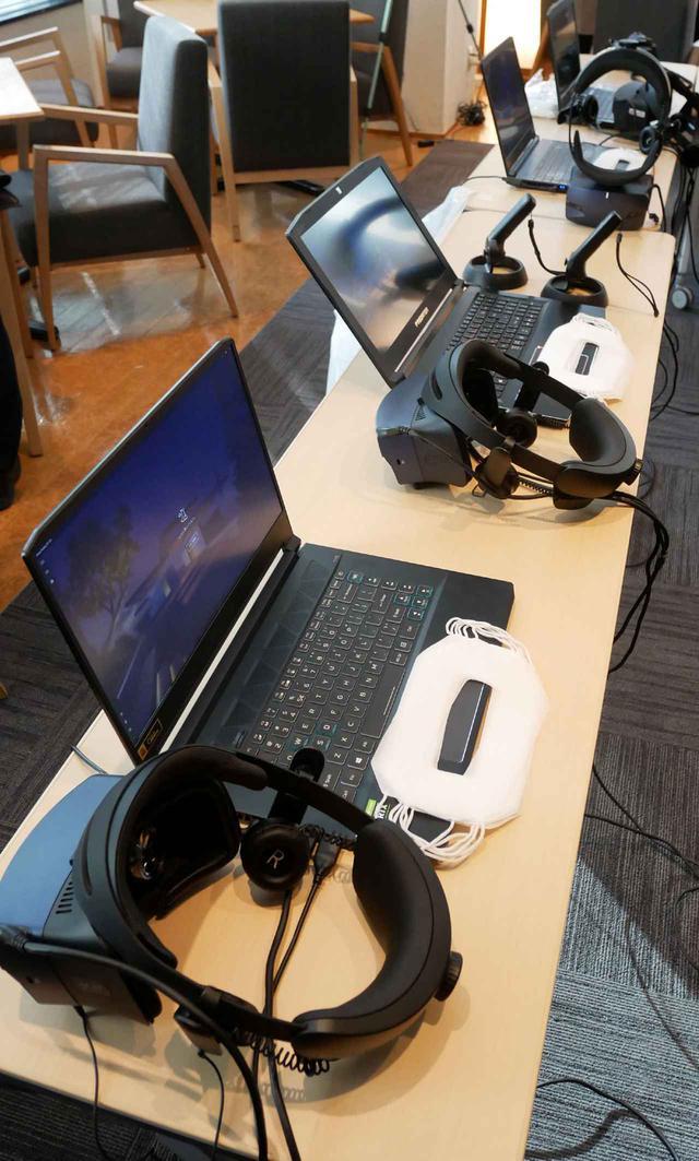 画像: 会見場に用意された、VR映像再生用のノートパソコンとVRヘッドセット