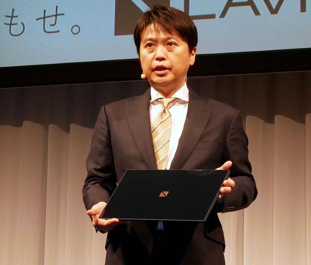 画像: LAVIE VEGAを手にするNECパーソナルコンピュータ 川島執行役員