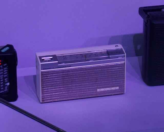 画像: ずらりと並んだ歴代のソニー製ラジオ。写真左はもっとも古い1961年発売の「TR720」