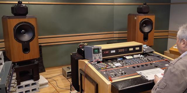 画像: 日本コロムビアのマスタリングスタジオで、ラッカー盤のサウンドをチェック。約30年の年月を経た今もなお、そのサウンドは輝いている