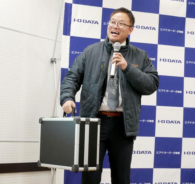 画像: 「PlatCast」のシステムが収納されたアタッシュケースを持つ、担当の澤田氏。ケースはオリジナルで制作したという