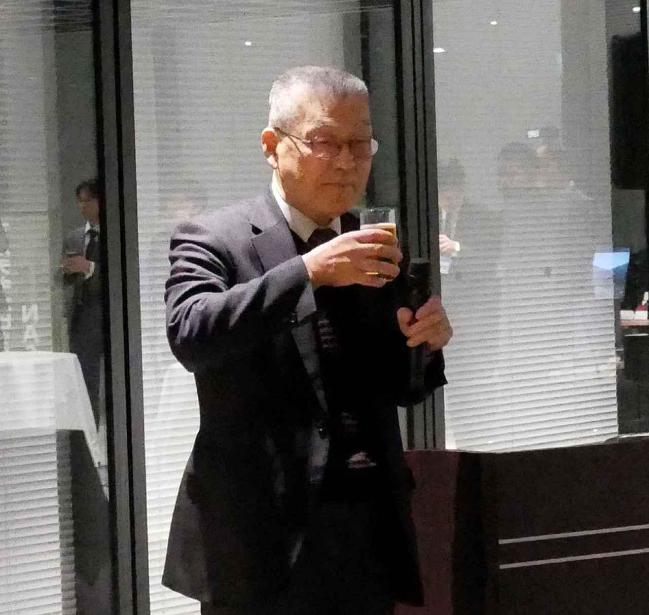 画像: 発表会に続く新年会では、例年通り細野会長が乾杯の音頭をとっていた