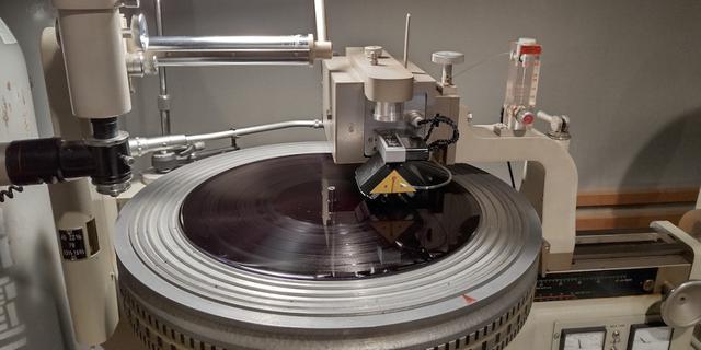 画像: 良質なマスター素材からラッカー盤にカッティング。これまでも高音質盤を生んできたノイマンのカッターヘッドSX-74が使われた