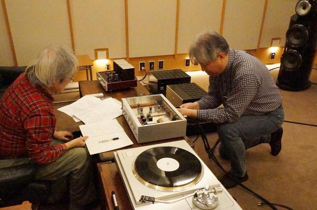 画像: 特集「最新の真空管プリアンプ 19ブランド試聴」では、回路設計や採用パーツの特徴も踏まえながら厳選した管球式アンプの音質と操作性を徹底試聴でリポートします。試聴は吉田伊織氏(左)と三浦孝仁氏(右)です。