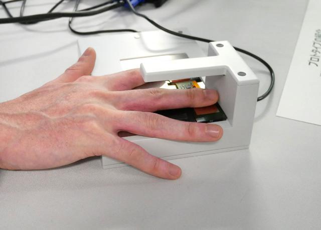 画像: このように指を置く