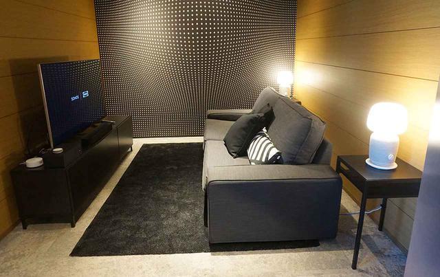 画像: リビングルームをイメージした展示では、SONOSのサウンドバー「Beam」や「Sub」と組み合わせた5.1chシステムでのサラウンドサウンドが再生されていた
