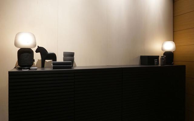 画像: ダイニングルーム風の展示では、テーブルランプ付きスピーカーを2台使ったステレオ再生もデモされていた