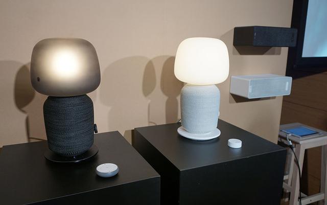 画像: 左のふたつがテーブルランプWiFスピーカー付きモデルで、右奥で壁掛け設置されているのがブックシェルフ型WiFiスピーカー