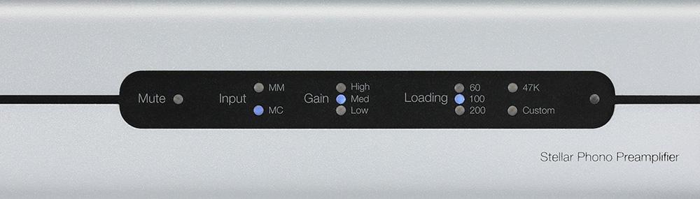 画像: フロントパネル右側に設けられた表示部。ミュート、入力切替え、選択ゲイン、負荷インピーダンスが表示される。操作は付属のリモコンで行なう。
