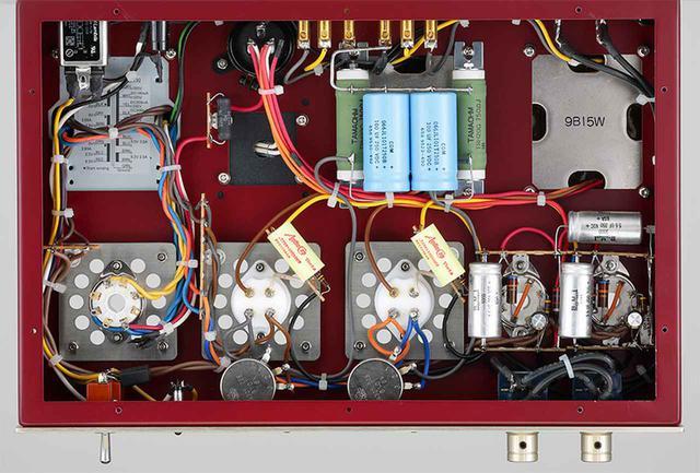画像: 内部を見る。プリント基板を使わないリード線による手配線を採用。