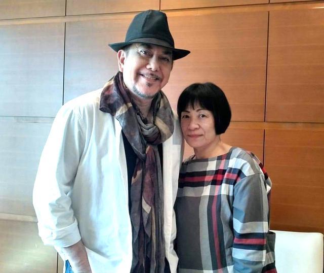 画像: おだやかな微笑みを浮かべるアンソニー・ウォン。筆者の金子裕子さんと一緒に