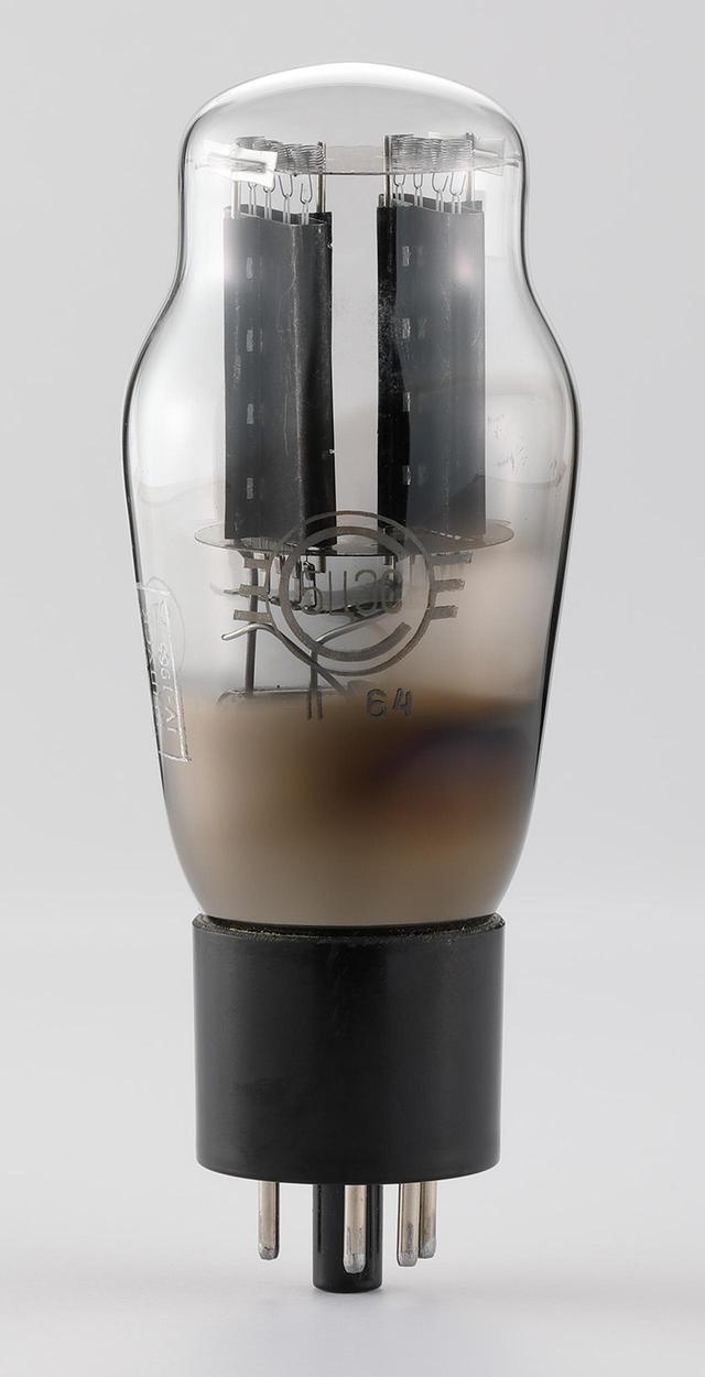 画像: 今回の限定モデルで使われる整流管は、1960年代に旧ソビエトで製造された黒色プレートの5U4G(ロシア品番:5U3C)