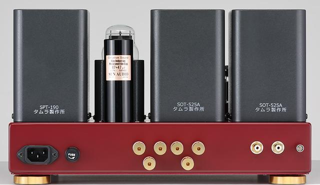 画像: ↑スピーカー出力は8Ωと16Ωの2端子を備える。通常モデルではいずれかを組み立て時に選択(完成品は通常8Ωで出荷)する。シャーシ塗装はワインレッドとダークグレーの2色からの選択できる。