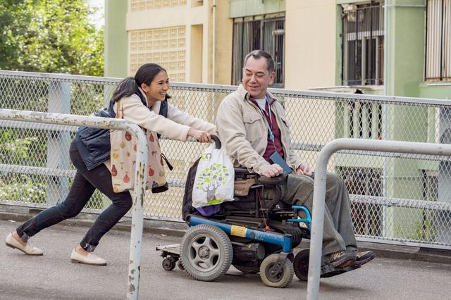 画像: 事故で不自由になった身体に引け目を感じ、家族とも距離を置く男性。彼の空虚な毎日は、あるフィリピン人のメイドと出会ったことで変わっていく……