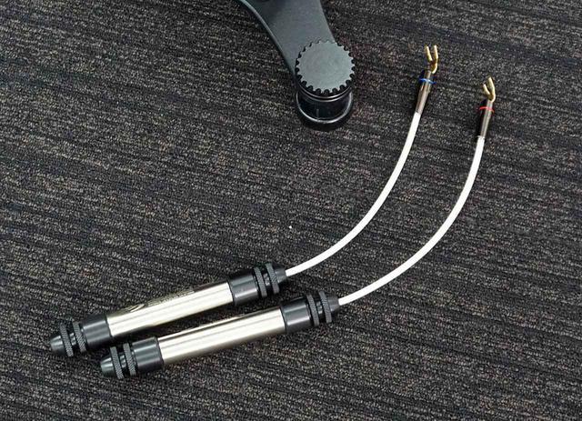 画像: ブライトーンのデモタイムには、スピーカーケーブルとスピーカーの間につなぐだけで音質向上が図れる、High Fidelity Cablesの「Magnetic Speaker Cable Adapters」の比較試聴も実施され、その違いに来場者も驚いていた