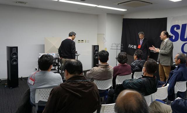 画像: カジハララボとサエクコマースのブースでは、小原さんによるアナログレコード試聴会も開催。トーンアームやカートリッジによる音の違いをチェックしていた