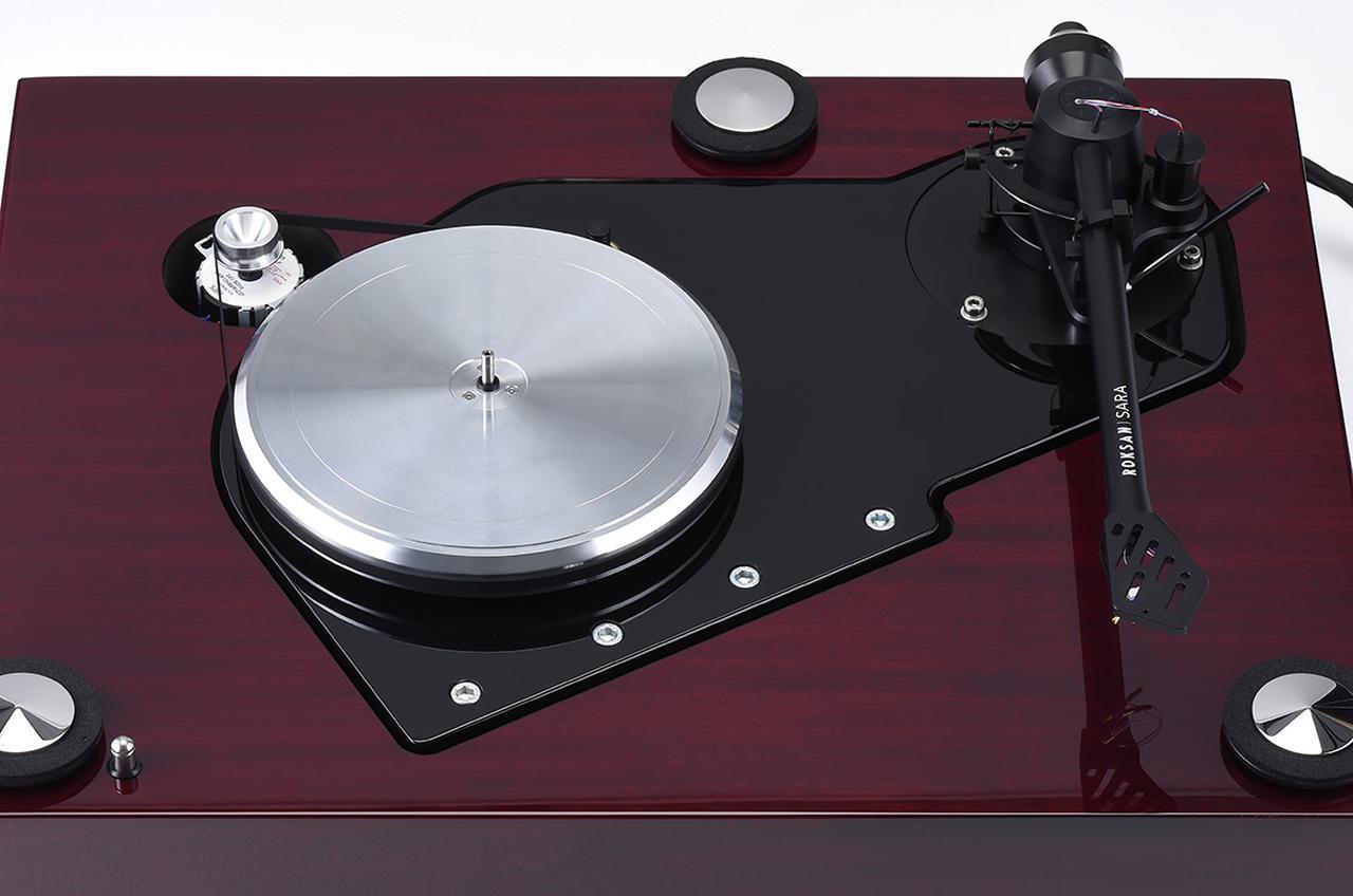 画像: アウタープラッターを外して見る。スピンドルキャップを採用することで演奏時のレコードとスピンドルの接触を排除。インナープラッター、アウタープラッターともに2ピースアルミ削り出し。