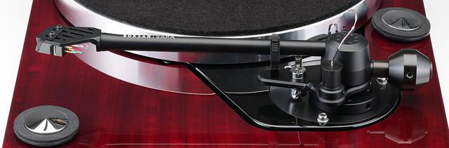 画像: トーンアームSARAは、タングステンカーバイドのピンと人工ルビー台座を採用したユニピボットタイプのスタティックバランス型。専用のコネクターを外せば容易にアームパイプを取り外せ、カートリッジ交換が行ないやすい。