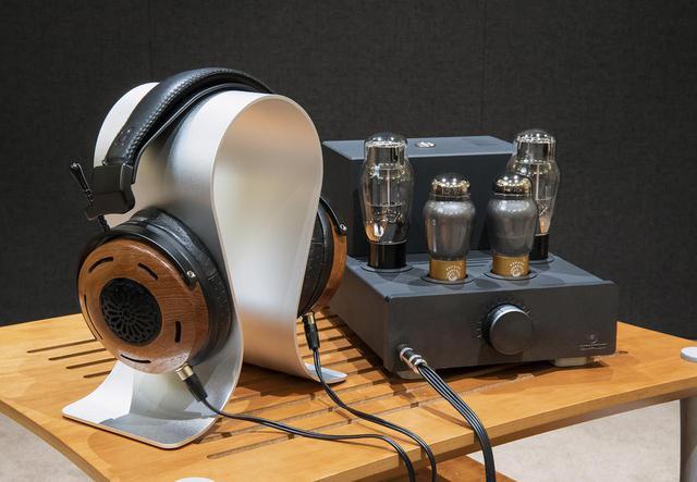 画像: 写真右は昨日発表されたばかりの、ポーランドのオーディイオメーカーFeliks Audioの真空管ヘッドホンアンプEuforia(¥300,000、税別)で、今回はMYSPHERE 3と組み合わせて音を確認している。左のヘッドホンはZMF headphonesの「Auteur」(¥230,000、税別)。海外ではこのセットも人気とのこと