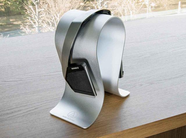 画像: MYSPHERE 3を、オーディオテクニカのヘッドホンスタンド「AT-HPS700」に載せたところ。金属の仕上げも統一感があって美しい。AT-HPS700は、オーディオテクニカのヘッドホン向け製品だが、他社のヘッドホンにも半場広く応用可能だ