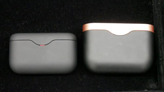 画像: 右は1000XM3のケース