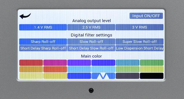 画像: ↑正面の液晶パネルのブランド名を長押しすると写真の各種設定画面が表示され、デジタル入力、出力電圧、デジタルフィルター、表示カラーが設定できる。