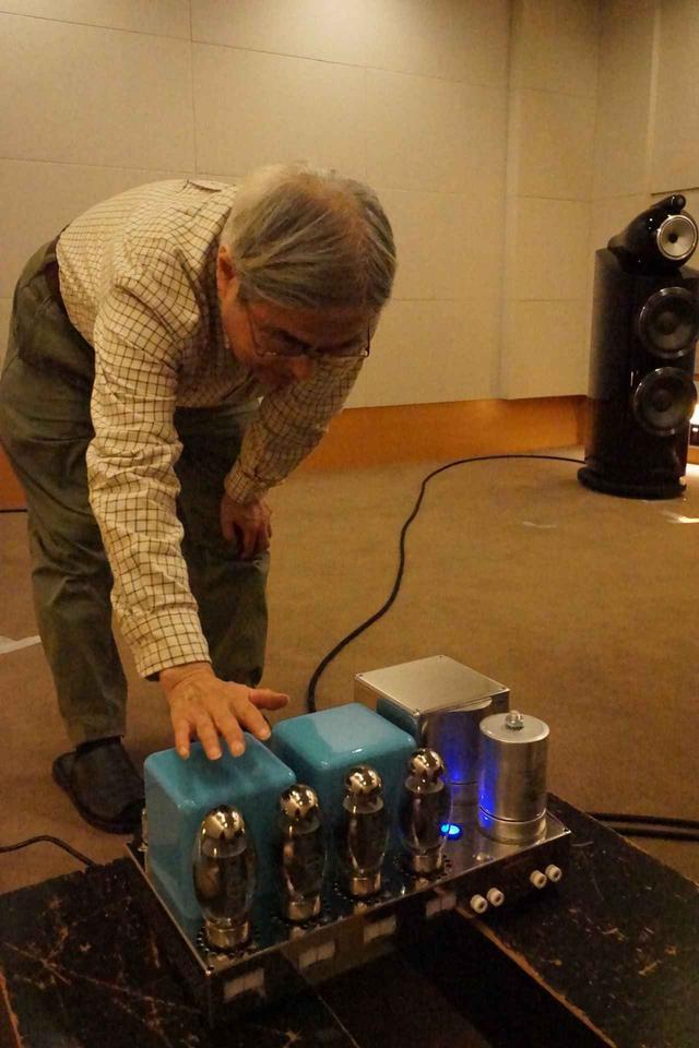 画像: Fascination95の意匠を確認する吉田氏。