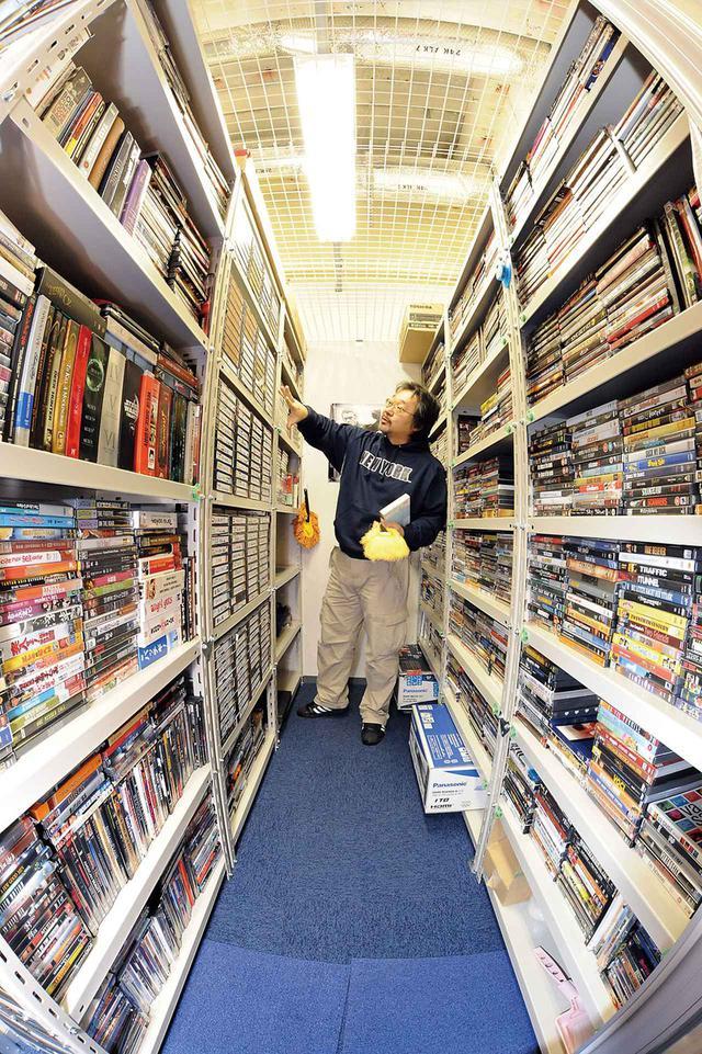 画像: 上と左は、2008年3月号の月刊HiViで取材させてもらった時のトランクルームの様子・発売元別にきちんと整理もされており、まさに映画愛を感じられる空間でした