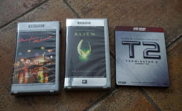 画像: 写真左と中央のD-Theaterを覚えている方はかなりのマニア。2000年頃にフォックスが北米で発売したハイビジョンビデオテープだ。こんなものまであるとは、さすが堀切コレクション。右は「T2」HD DVDのスチールケース!