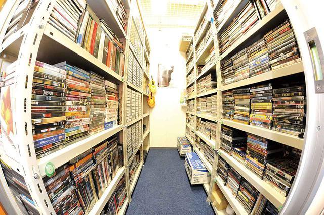 """画像: さらば、別れの時だ、我がDVDコレクションよ。日本一のソフト・コレクターが、 5000枚を超えるDVDの断捨離を決行! それでも、""""映画遺産""""は、受け継がれていく"""